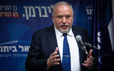 رئيس حزب 'يسرائيل بيتنو'، أفيغدور ليبرمان، يتحدث مع الحصافة خلال جلسة للحزب في الكنيست، 2 ديسمبر، 2019. (Hadas Parush/Flash90)