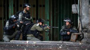 اشتباكات بين القوات الإسرائيلية ومتظاهرين فلسطينيين في مدينة الخليل بالضفة الغربية، 9 ديسمبر، 2019. (Wisam Hashlamoun/Flash90)