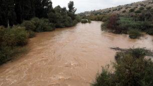 نهر الأردن بعد هطول أمطار غزيرة في شمال إسرائيل، 27 ديسمبر 2019. (Yossi Zamir / Flash90)