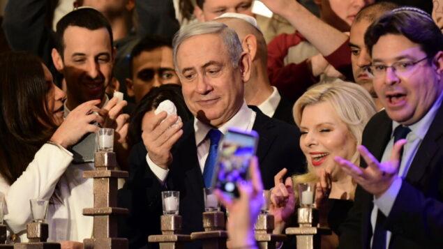 رئيس الوزراء بنيامين نتنياهو يحضر حدثًا بمناسبة الليلة الثامنة للحانوكا، 29 ديسمبر 2019. (Tomer Neuberg/FLASH90)