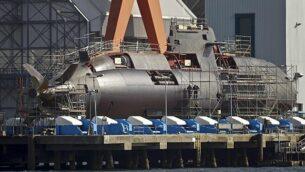 غواصة من طراز 'دولفين' في أحواض بناء السفن في مدينة كيل، شمال ألمانيا. (AP/Philipp Guelland)