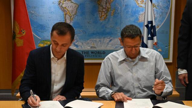 وزير دفاع الجبل الأسود، بيدراغ بوسكوفيتش (يسار) والمدير العام لوزارة الدفاع الإسرائيلي، الميجر جنرال (احتياط) أودي آدم، يوقعان على صفقة دفاع، 15 ديسمبر، 2019. (Defense Ministry)