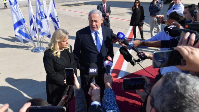 رئيس الوزراء بنيامين نتنياهو وزوجته سارة نتنياهو يتحدثان إلى الصحافة من مدرج مطار بن غوريون، 4 ديسمبر 2019. (Kobi Gideon / GPO)
