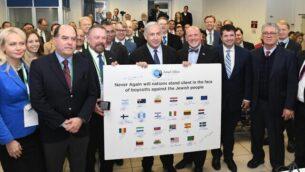رئيس الوزراء بنيامين نتنياهو يلتقي بوفد مشرعين مؤيدين لإسرائيل من 25 بلد في القدس، 9 ديسمبر، 2019. (Amos Ben-Gershom/GPO)