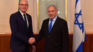 وزير الخارجية الأيرلندي سيمون كوفيني، إلى اليسار، يجتمع مع رئيس الوزراء بنيامين نتنياهو في مكتب رئيس الوزراء في القدس، 2 ديسمبر 2019 (Koby Gideon/GPO)