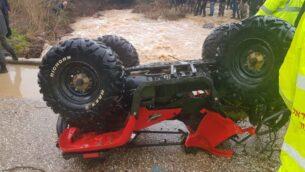 مركبة وعرية مقلوبة تم سحبها من قاع مجرى نهر بعد أن جرفت فيضانات راكبينها،  ما ادى الى فقدان فتى (14 عاما)، 26 ديسمبر 2019 (Israel Fire and Rescue Services)