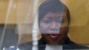 المدعية العامة الرئيسية للمحكمة الجنائية الدولية، فاتو بنسودا، تظهر من وراء منبر زجاجي في قاعة المحكمة الجنائية الدولية في لاهاي، هولندا، 29 سبتمبر، 2015. (AP Photo/Peter Dejong, Pool)