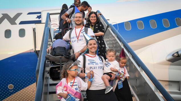 مهاجرون جدد من أمريكا الشمالية بعد نزولهم من طائرة 'ال عال' في مطار بن غوريون، 14 أغسطس 2019. (Flash90)