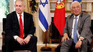 رئيس الوزراء بنيامين نتنياهو، يسار، ونظيره البرتغالي أنطونيو كوستا خلال لقاء جمعهما في قصر 'ساو بنتو' في لشبونة، 5 ديسمبر، 2019. (AP Photo/Armando Franca)