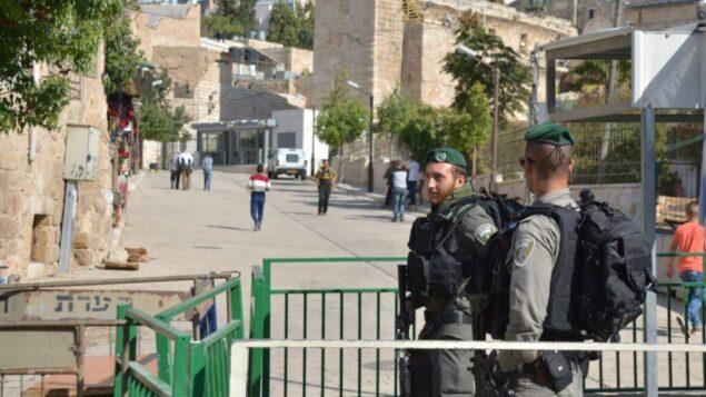 صورة توضيحية: عناصر شرطة الحدود يحرسن محطة بالقرب من الحرم الإبراهيمي في الخليل، 10 يونيو 2018. (Israel Police)