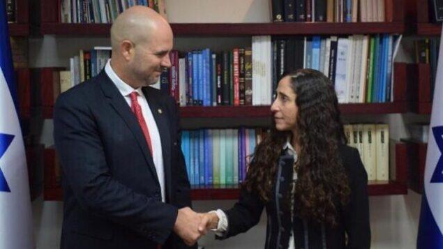 وزير  العدل أمير  أوحانا (يسار) ومرشحته لمنصب النائب العام بالوكالة، أورلي غينسبرغ بن آري، 17 ديسمبر، 2019.  (Justice Ministry)
