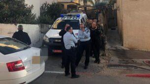 عناصر الشرطة خارج منزل في بلدة عيلوط بشمال إسرائيل بعد أن قامت والدة كما يُشتبه بطعن طفلها الرضيع، 18 ديسمبر، 2019.   (Israel Police)
