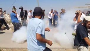 توضيحية: سكان مستوطنة يتسهار بالضفة الغربية في اشتباكات مع القوات الإسرائيلية خلال هدم مبنى غير قانوني في 25 يونيو، 2017. (Screen capture: YouTube)