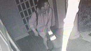 صورة الرجل الذي تبحث الشرطة عنه باعتباره مشتبها به في جريمة الإعتداء على كنيس 'نيتساح' في بيفرلي هيلز، 14 ديسمبر، 2019. (Beverly Hills Police Department)
