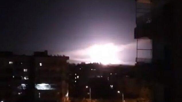 توضيحية: انفجار، بحسب تقارير خلال غارات إسرائيلية بالقرب من العاصمة السورية دمشق في 21 يناير، 2019. (screen capture: YouTube)