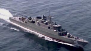 صورة توضيحية: سفينة تابعة للبحرية الإيرانية أثناء تدريب في مضيق هرمز. (YouTube screenshot)