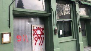 غرافيتي معادية للسامية على جدران محال تجارية في لندن، 29 ديسمبر 2019 (screen capture: Twitter)