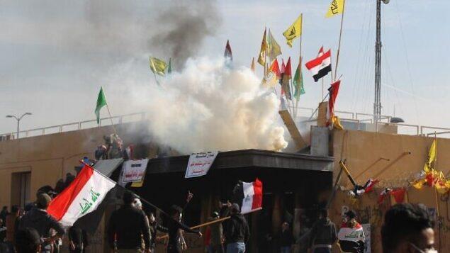 القوات الأمريكية تطلق قنابل الغاز المسيل للدموع على المتظاهرين خارج السفارة الأمريكية في العاصمة العراقية بغداد في 1 يناير 2020 AHMAD AL-RUBAYE / AFP