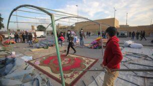 أنصار وأعضاء في قوات الحشد الشعبي العراقية يقومون بتفكيك خيامهم أثناء استعدادهم للانسحاب من محيط السفارة الأمريكية في العاصمة العراقية بغداد، 1 يناير 2020 (AHMAD AL-RUBAYE / AFP)
