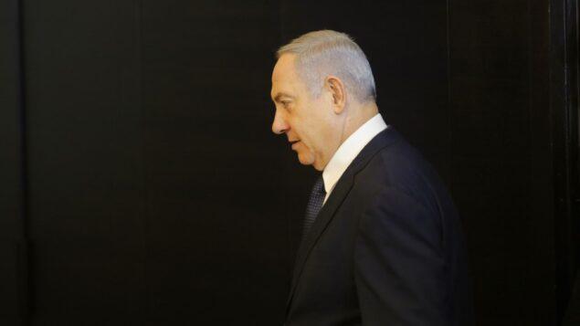 رئيس الوزراء بنيامين نتنياهو يصل لإلقاء بيان بشأن نيته تقديم طلب حصانة من المحاكمة إلى الكنيست، في القدس، 1 يناير 2020. (Gil Cohen-Magen/AFP)