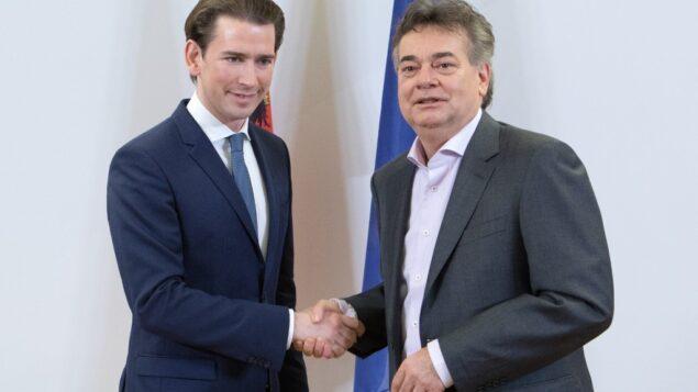 رئيس حزب الشعب النمساوي سيباستيان كورز (يسار) ورئيس حزب الخضر فيرنر كوغلر (يمين) يتصافحان خلال بيان إعلامي في فيينا، 1 يناير 2020. (ALEX HALADA / AFP)