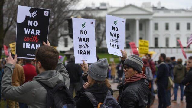 نشطاء مناهضون للحرب يتظاهرون أمام البيت الأبيض في واشنطن العاصمة، 4 يناير 2020 (ANDREW CABALLERO-REYNOLDS / AFP)