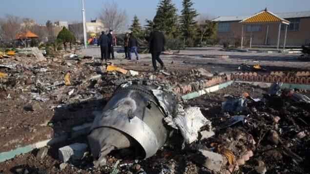 عمال الإنقاذ يعملون وسط حطام الطائرة الإيرانية التي كانت تقل 176 راكبا وتحطمت بالقرب من مطار 'الإمام الخميني' في العاصمة الإيرانية طهران فجر 8 يناير،  2020، مما أسفر عن مقتل كل من كان على متنها.  (AFP)