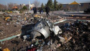 فرق الإنقاذ تعمل وسط حطام بعد تحطم طائرة أوكرانية تقل 176 راكبا بالقرب من مطار الإمام الخميني في العاصمة الإيرانية طهران في وقت مبكر من صباح يوم 8 يناير 2020، مما أسفر عن مقتل الجميع على متنها. (AFP)