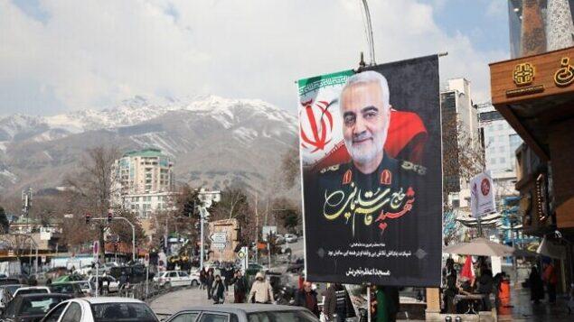 إيرانيون يمرون من أمام صورة للجنرال الإيراني قاسم سليماني، الذي تم اغتياله في غارة أمريكية، قبالة ميدان رئيسي في العاصمة الإيرانية طهران،  11 يناير، 2020.  (ATTA KENARE / AFP)