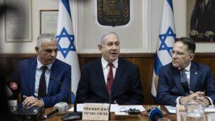 (من اليسار إلى اليمين) وزير المالية موشيه كحلون، ورئيس الوزراء بنيامين نتنياهو، وسكرتير الحكومة تساحي برافرمان، يشاركون في الجلسة الأسبوعية للحكومة في مكتب رئيس الوزراء بالقدس، 12  يناير، 2020. (Tsafrir Abayov / POOL / AFP)