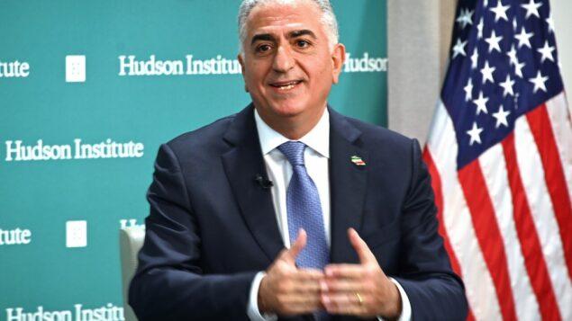 رضا بهلوي، ولي العهد الإيراني السابق، يتحدث عن الأحداث الجارية في إيران في معهد هدسون في واشنطن العاصمة، 15 يناير 2020. (EVA HAMBACH/AFP)