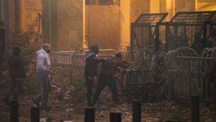 متظاهرون مناهضون للحكومة يحاولون اختراق حاجز أمني في وسط العاصمة بيروت بالقرب من مقر البرلمان خلال مواجهات مع قوى الأمن في 18 يناير، 2020.  ( ANWAR AMRO / AFP)