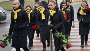 عاملون في شركة الطيران الأوكرانية يشاركون في مراسم استقبال نعوش 11أوكرانيا قضوا في تحكم الطائرة الأوكرانية التي اسقطتها إيران عن طريق الخطأ وسط توتر مع واشنطن، في مطار 'بوريابيل' خارج كييف، 19 يناير، 2020. ( Sergei SUPINSKY / AFP)