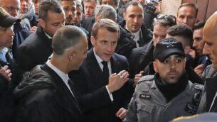 الرئيس الفرنسي إيمانويل ماكرون يطلب من الشرطة الإسرائيلية الخروج من من كنيسة 'سانت آن' في القدس القديمة، التي يعود تاريخها إلى القرن الثاني عشر، 22 يناير، 2020. (Ludovic Marin/AFP)
