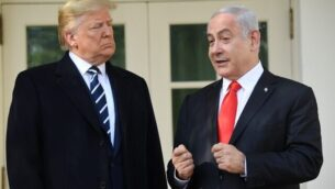 الرئيس الأمريكي دونالد ترامب يستقبل رئيس الوزراء الإسرائيلي بينامين نتنياهو عند وصوله للقاء معه في الحديقة الجنوبية للبيت الأبيض بالعاصمة واشنطن، 27 يناير، 2020.  (Photo by SAUL LOEB / AFP)