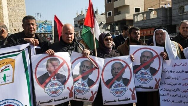 متظاهرون فلسطينيون يهتفون شعارات ويحملون صورا للرئيس الأمريكي دونالد ترامب ورئيس الوزراء الإسرائيلي بينامين نتنياهو  في تظاهرة ضد خطة السلام المتوقعة للرئيس الأمريكي دونالد ترامب في رفح بجنوب قطاع غزة، 28 يناير،  2020. ( SAID KHATIB / AFP)