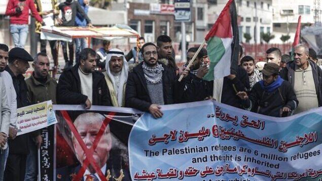 متظاهرون فلسطينيون في تظاهرة ضد خطة الرئيس الأمريكي دونالد ترامب للسلام في مخيم البريج بوسط قطاع غزة، 28 يناير، 2020. (MAHMUD HAMS / AFP)
