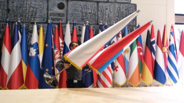 التجهيزات في مقر الرئيس في القدس في 20 يناير 2020، لحفل عشاء رسمي لزعماء العالم المشاركين في فعاليات المنتدى العالمي للهولوكوست بمناسبة الذكرى 75 لتحرير أوشفيتز. (Courtesy: Alon Fargo)