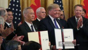 الرئيس الأمريكي دونالد ترامب ونائب رئيس الوزراء الصيني ليو هي يوقّعان على المرحلة الاولى من اتفاق التجارة بين الولايات المتحدة والصين، في الجناح الشرقي بالبيت الأبيض في العاصمة الأمريكية واشنطن، 15 يناير، 2020. (Mark Wilson/Getty Images/AFP)
