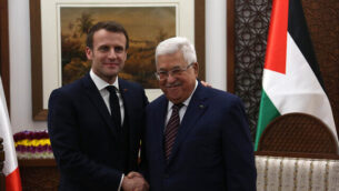 الرئيس الفرنسي إيمانويل ماكرون (يسار) ورئيس السلطة الفلسطينية محمود عباس خلال لقاء جمعهما في المقر الرئاسي للسلطة الفلسطينية برام الله في 22 يناير، 2020.  (Wafa)