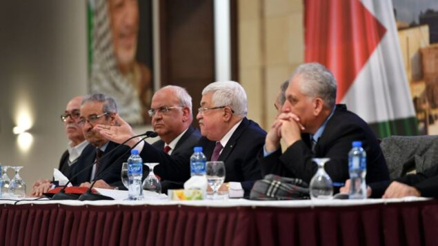 رئيس السلطة الفلسطينية محمود عباس يتحدث إلى مسؤولين فلسطينيين في رام الله، 28 يناير 2020. (Wafa)