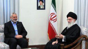 المرشد الاعلى الإيراني علي خامنئي يلتقي بقائد حماس اسماعيل هنية (AP)