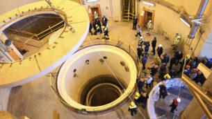 فنيون يعملون في الدائرة الثانوية لمفاعل آراك للمياه الثقيلة، خلال جولة لمسؤولين وصحافيين في الموقع، بالقرب من مدينة آراك، 250 كيلومترا جنوب غرب العاصمة الإيرانية طهران، 23 ديسمبر، 2019.  (Atomic Energy Organization of Iran via AP)
