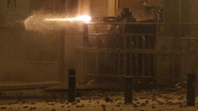 شرطة مكافة الشغب تطلق الرصاص المطاطي على متظاهرين مناهضين للحكومة، خلال احتاجات مستمرة ضد النخبة السياسية التي تحكم البلاد منذ عقود من الزمن، في العاصمة اللبنانية بيروت، 19 يناير، 2020.  (AP Photo/Hassan Ammar)