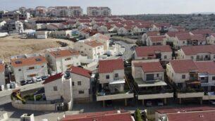 صورة لمستوطنة أريئيل في الضفة الغربية، 28 يناير،  2020. (AP Photo/Ariel Schalit)