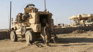 جنود أمريكييون يقفون خارج عربتهم المدرعة في قاعدة مشتركة مع الجيش العراقي جنوب الموصل، العراق ، 23 فبراير 2017. (Khalid Mohammed/AP)