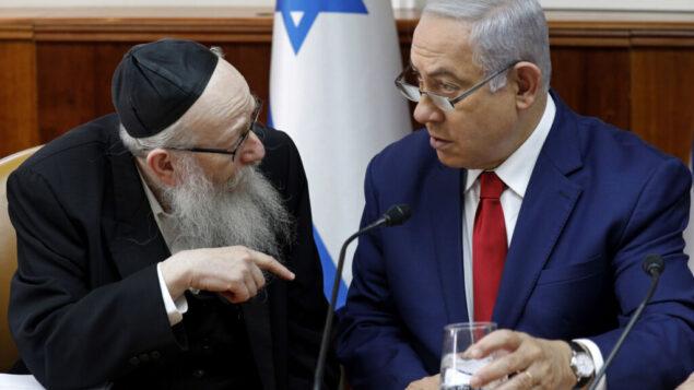 بنيامين نتنياهو، يمين، يستمع إلى يعكوف ليتزمان في بداية الاجتماع الأسبوعي لمجلس الوزراء في مكتب رئيس الوزراء في القدس، 6 يناير 2019. (Gali Tibbon / Pool via AP)