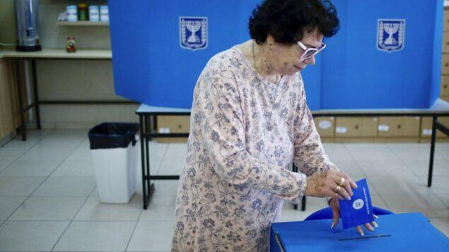 صورة توضيحية: امرأة تصوت في مركز اقتراع في مستوطنة إفرات في الضفة الغربية، 9 أبريل 2019. (AP Photo / Ariel Schalit)