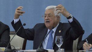 رئيس السلطة الفلسطينية محمود عباس يتحدث مع الصحافيين في مقر السلطة الفلسطينية بمدينة رام الله في الضفة الغربية، 23  يونيو، 2019 (AP/Nasser Nasser)