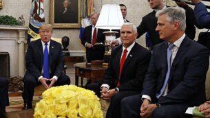 الرئيس الأمريكي دونالد ترامب في المكتب البيضاوي للبيت الأبيض في 6 مارس، 2019، مع نائبه مايك بنس والمبعوث الرئاسيس الخاص لشؤون الرهائن، روبرت أوبراين. (AP/Jacquelyn Martin)
